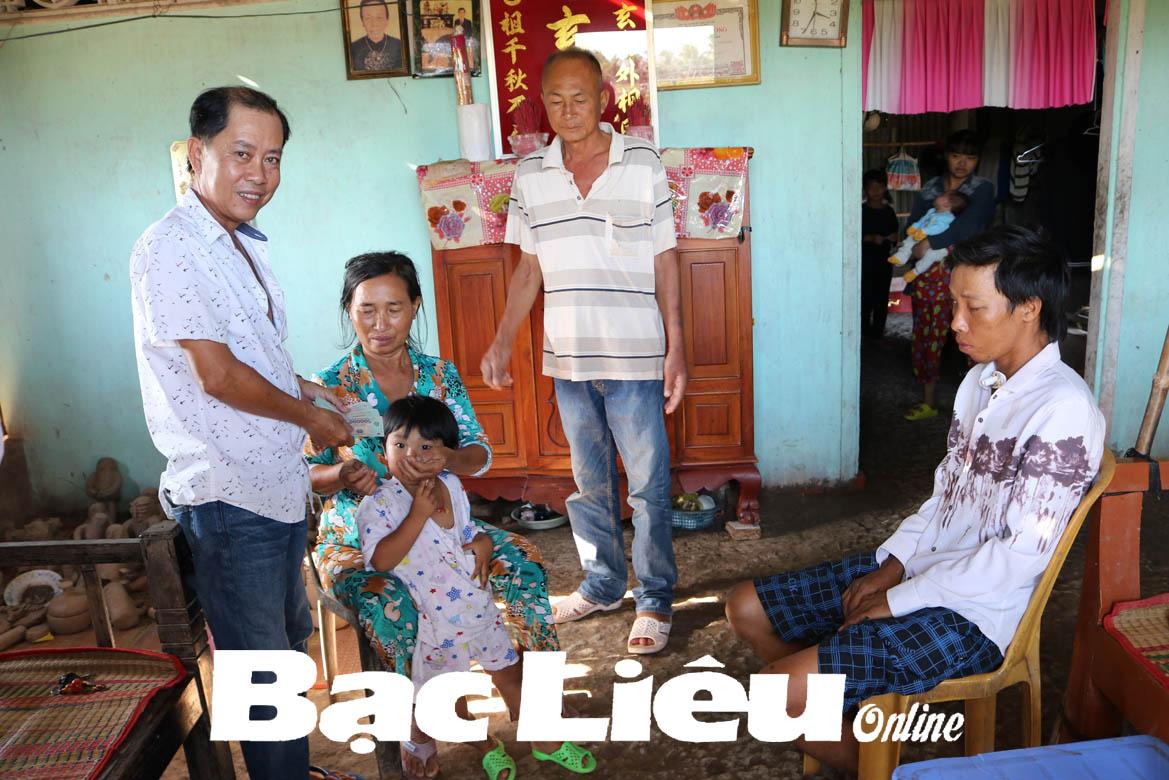 Hỗ trợ gia đình ông Lâm Ngọc Ẩn thêm 5,5 triệu đồng