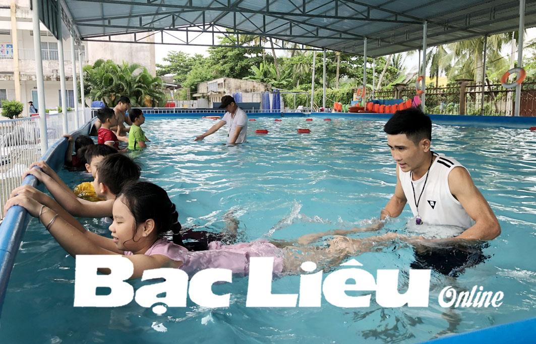 400 trẻ em được dạy bơi phòng chống đuối nước