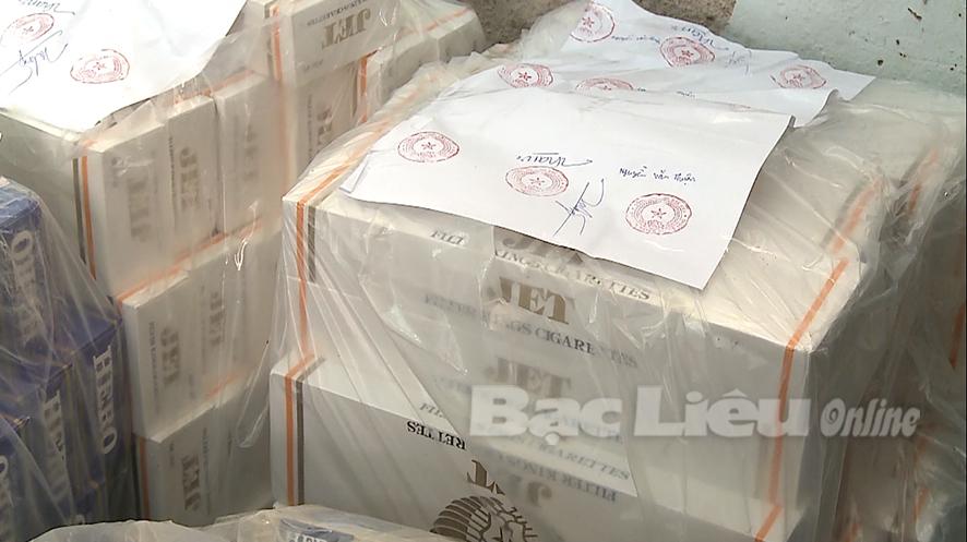 Bắt quả tang một đối tượng vận chuyển hơn 1.300 gói thuốc lá lậu