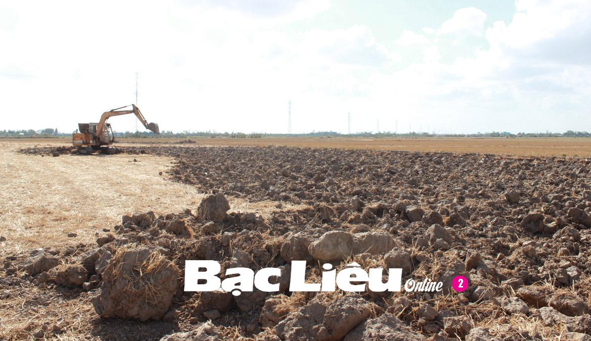 Cần ngăn chặn việc khai thác, bán đất mặt ruộng trong mùa khô