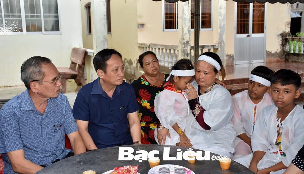 Bí thư Tỉnh ủy - Lữ Văn Hùng thăm hỏi và tặng quà các gia đình nạn nhân trong vụ thương vong do thông hố gas