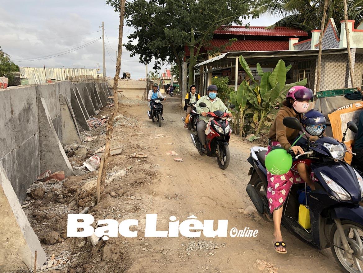 Bà con cử tri mong sớm hoàn thành đường ô tô về xã Long Điền Đông