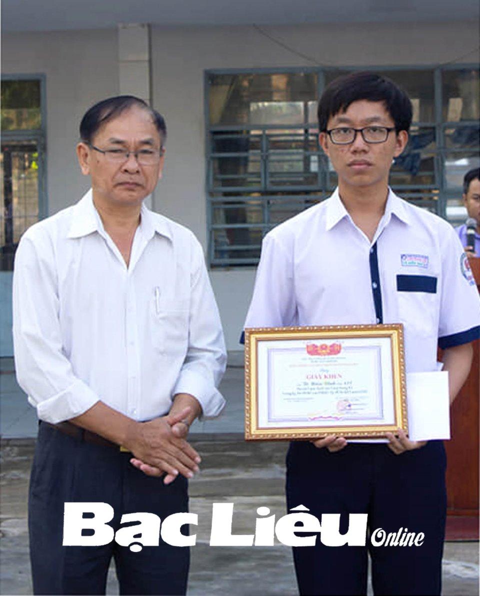 Tô Hiển Vinh được Trường THPT Chuyên Bạc Liêu khen thưởng vì đạt thành tích cao trong kỳ thi đánh giá năng lực của Đại học quốc gia TP. Hồ Chí Minh. Ảnh do Trường THPT Chuyên Bạc Liêu cung cấp