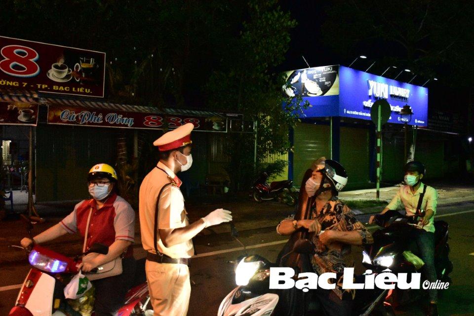 Chốt kiểm soát dịch bệnh COVID-19 trên tuyến Trần Phú nối dài kiểm tra người dân ra đường sau 18 giờ.
