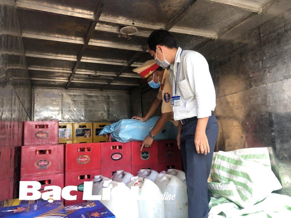 Tại thời điểm kiểm tra, tài xế xuất trình đầy đủ giấy tờ, trong đó giấy đi đường ghi là đi giao hàng hóa cho cửa hàng vật liệu xây dựng.